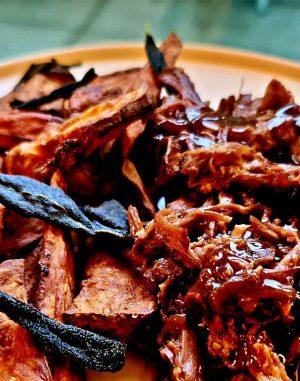 BBQ pulled beef, zsályás édeskrumpli