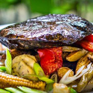 Bészín steak, grillzöldség, zöldbors mártás